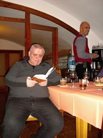 bratr biskup Goebel se zakoupenou knihou